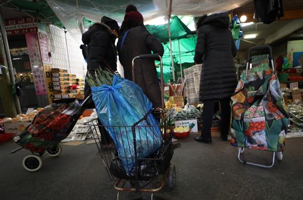 2019년 1월 22일 오후 서울 망원시장에서 시민들이 장을 보고 있다.