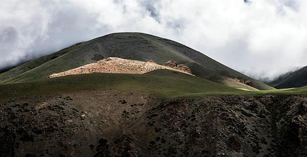 게르 주인 설명에 의하면 러시아가 몽골을 지배할 때 라마승을 학살하자 수타이산 높은 곳에 있는 동굴로 피신해 숨었다고 한다. 햇빛이 비치는 곳에는 커다란 동굴이 있다.