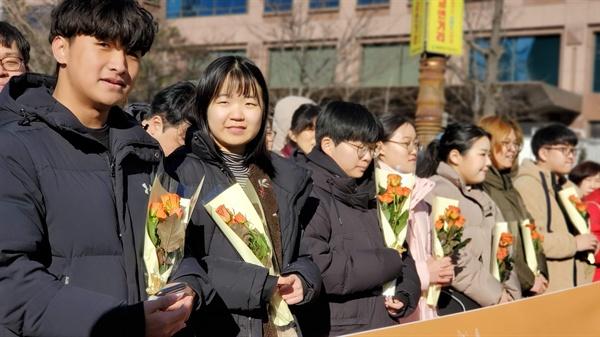 제정연대 소속 청소년들이 31일 오후 서울지하철 국회의사당역 3번 출구에 모였다.