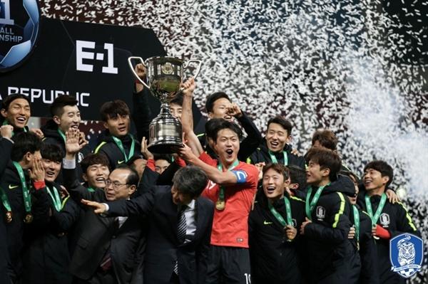 동아시안컵 우승한 한국 대표팀. 대표팀은 지난해 12월 부산에서 열린 E-1 챔피언십(동아시안컵)에서 3전 전승으로 우승을 차지했다.