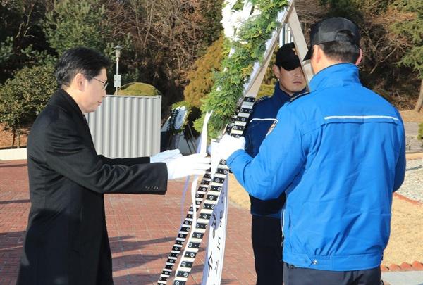 김경수 경남지사는 1일 창원 충혼탑을 참배했다.