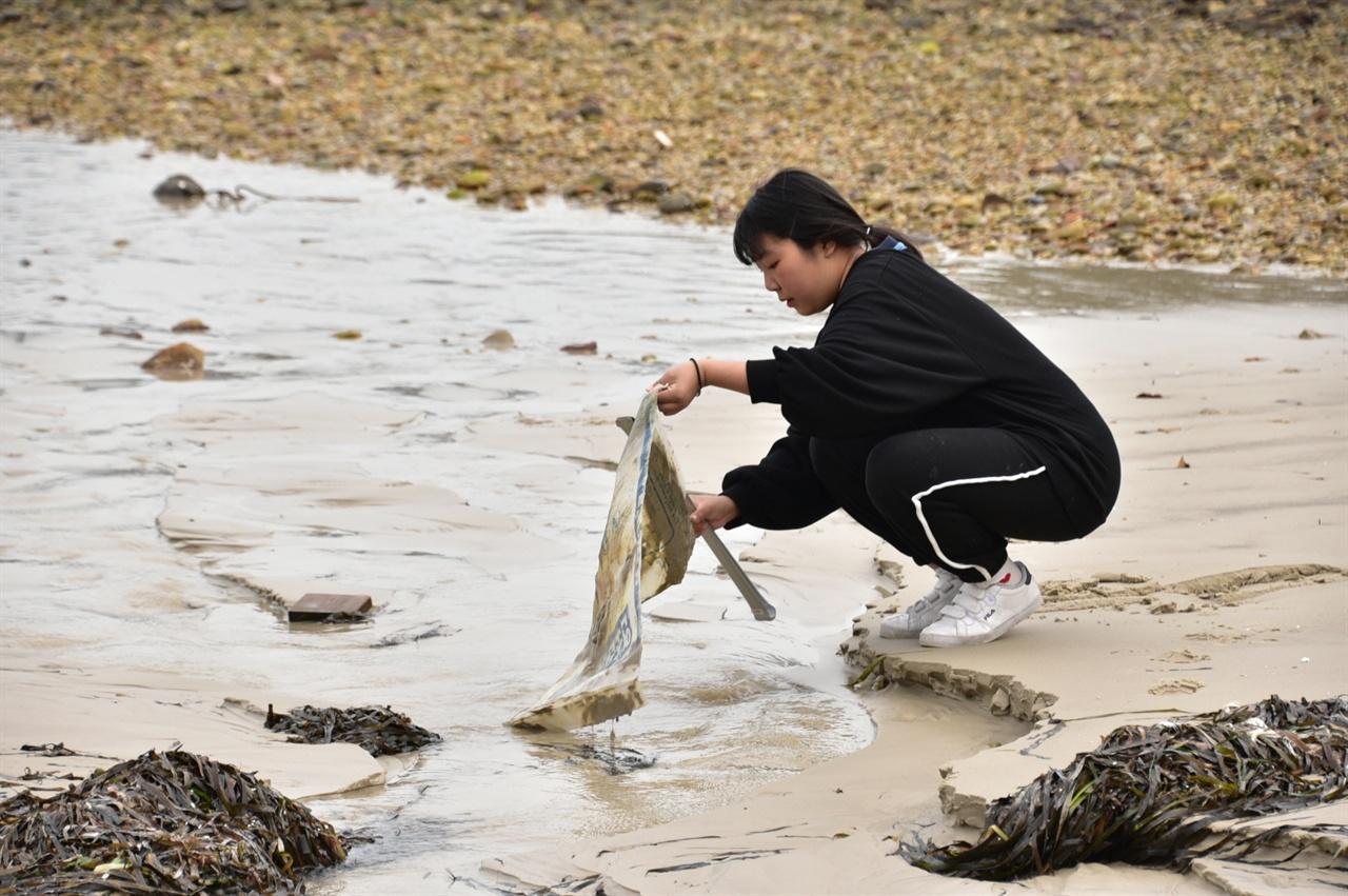 배낭기미해변에서 해안을 따라 청소하는 흑산초교 학생 새의 깃털에서부터 유리조각처럼 작은 쓰레기나 큼지막한 해양 어구까지 크기나 무게를 따지지 않고 모두가 한마음 한 뜻으로 청소를 해갔다. 마냥 사진만 찍기가 미안해서 힘을 보탰다.