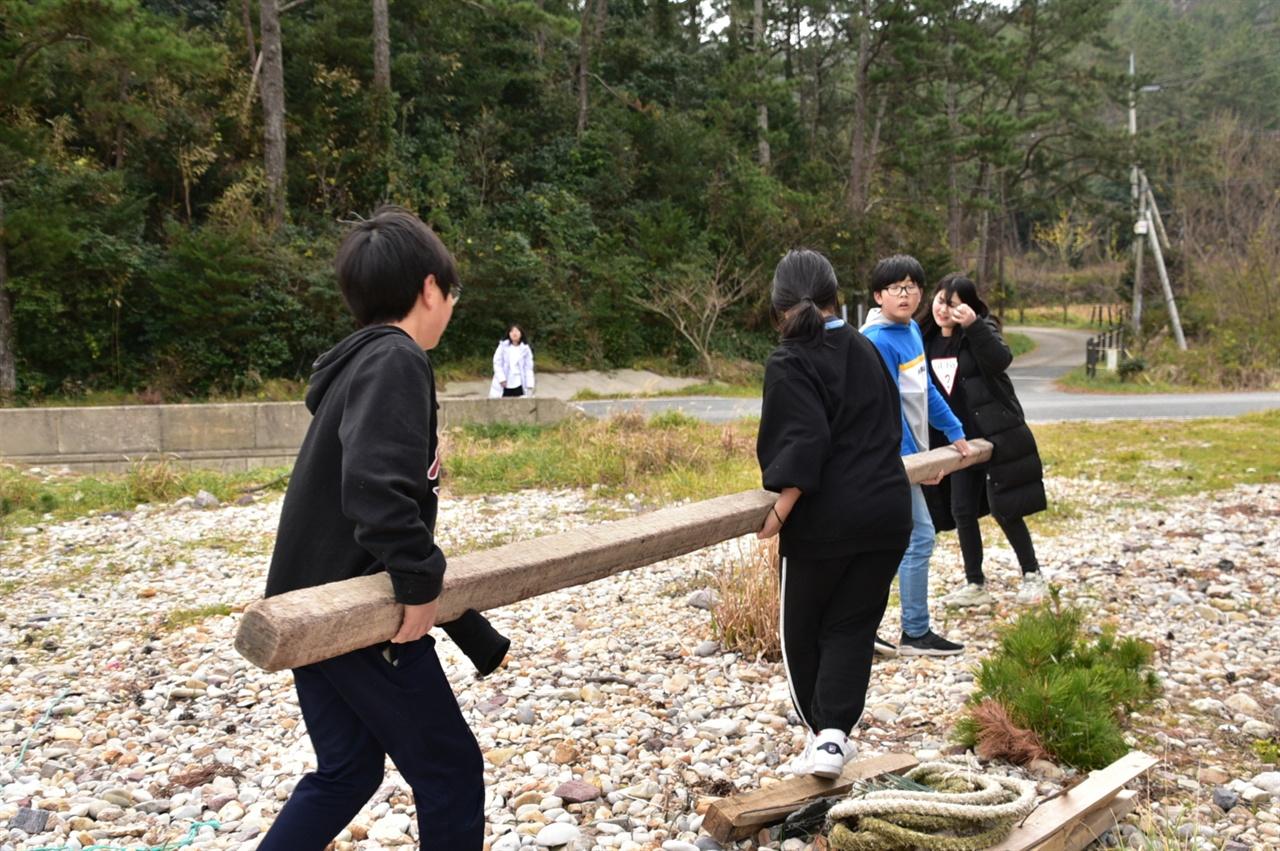 무거운 나무를 함께 옮기는 흑산초교 학생들 혼자 해낼 수 없는, 무겁고 부피가 큰 쓰레기는 활동에 참여하는 학생 모두가 힘을 보탰다. 이날 해당 활동에 참여한 한 학생은 어디까지나 어른의 힘을 빌리지 않고 학생 스스로 해내겠다는 의지를 보여주고 싶다고 솔직한 심정을 털어놨다.