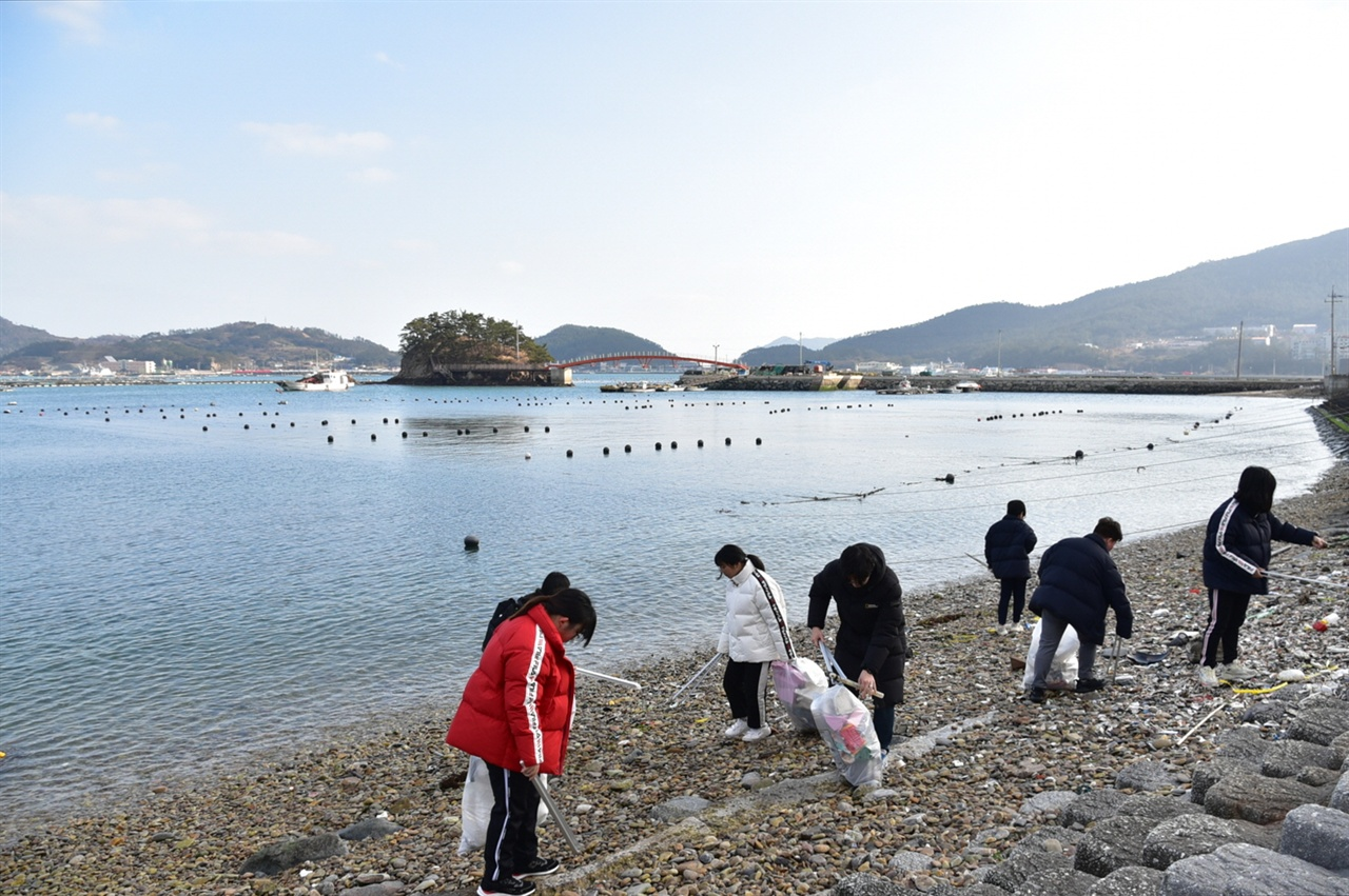 읍동마을에서 해안 청소를 하는 섬청마 학생들 읍동마을에서 해안 청소를 하는 섬청마 학생들