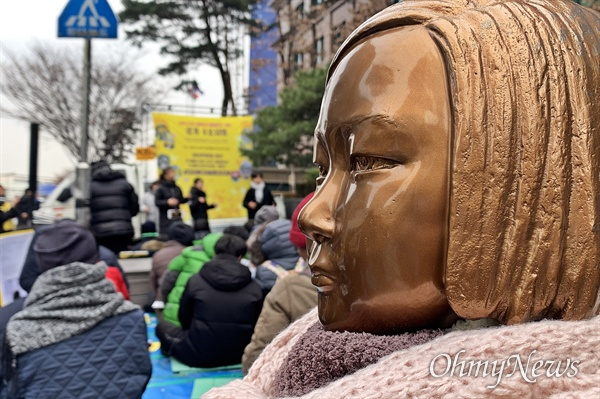정의기억연대가 주최하고 서울 평화나비 네트워크가 주관한 '제1420차 일본군성노예제 문제해결을 위한 정기 수요시위'가 서울 종로구 평화의 소녀상(주한 일본대사관 앞)에서 진행됐다.
