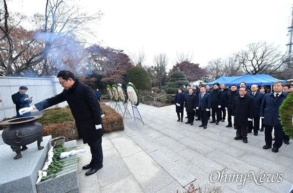 박남춘 인천시장이 1월 2일 오전 2020년 경자년(庚子年) 새해를 맞아 수봉공원 현충탑을 찾아 헌화와 분향을 하고 있다.