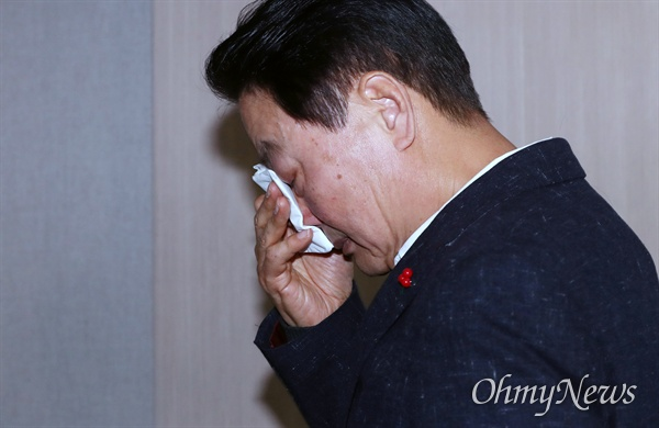 눈물 훔치는 한선교 한선교 자유한국당 의원이 2일 오전 서울 여의도 국회 정론관에서 총선 불출마 선언을 하던 중 박근혜 전 대통령 이야기를 꺼내 울먹이고 있다. 회견을 마친 후 퇴장하는 한 의원이 눈물을 훔치고 있다.