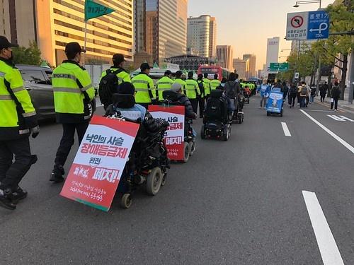 장애등급제 폐지를 촉구하는 시위 군사정권의 통제 아래 가려진 한국 사회의 혐오와 차별은 1990년대 중반을 지나면서 성 소수자나 장애인 인권 운동을 통해 가시화되었다