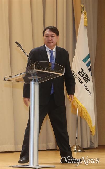 윤석열 검찰총장이 2일 오후 서울 서초구 대감찰청에서 열린 2020년도 신년다짐회에 참석해 신년사를 발표하기 위해 단상으로 나오고 있다.