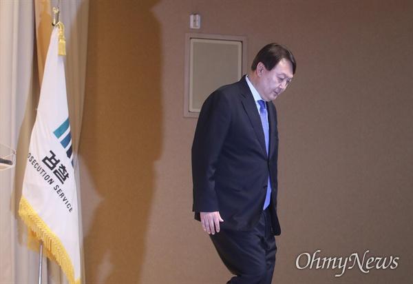윤석열 검찰총장이 2일 오후 서울 서초구 대감찰청에서 열린 2020년도 신년다짐회에서 신년사를 발표한 뒤 제자리로 향하고 있다.