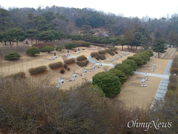 국립현충원에는 국가공인 친일파 11명이 잠들어 있다.  친일파 묘역에서 바라본 임정요인 묘역.