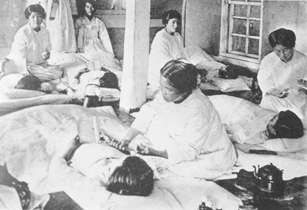 일본식 통바지(몸빼) 차림으로 간호하는 군산병원 간호사들