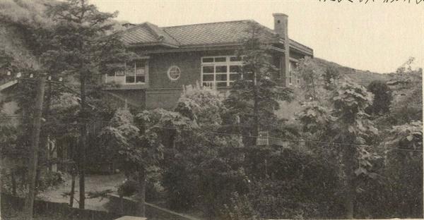 홍복근 원장이 군산시 명산동에 개원한 구암병원(1950년대 후반)