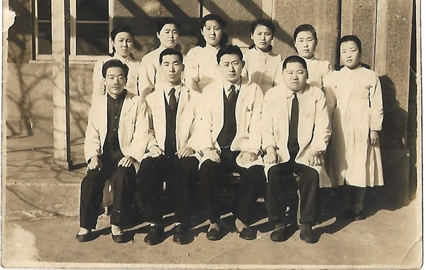 구암병원 직원들과 기념사진(맨 우측이 권문식 원장, 우측에서 두 번째가 홍복근 원장. 1949년 2월 26일 촬영)