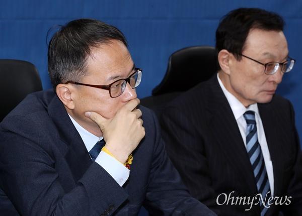 굳은 표정의 박주민 더불어민주당 박주민 최고위원이 3일 오전 국회 의원회관에서 열린 확대간부회의에 참석해 있다. 오른쪽은 이해찬 대표.