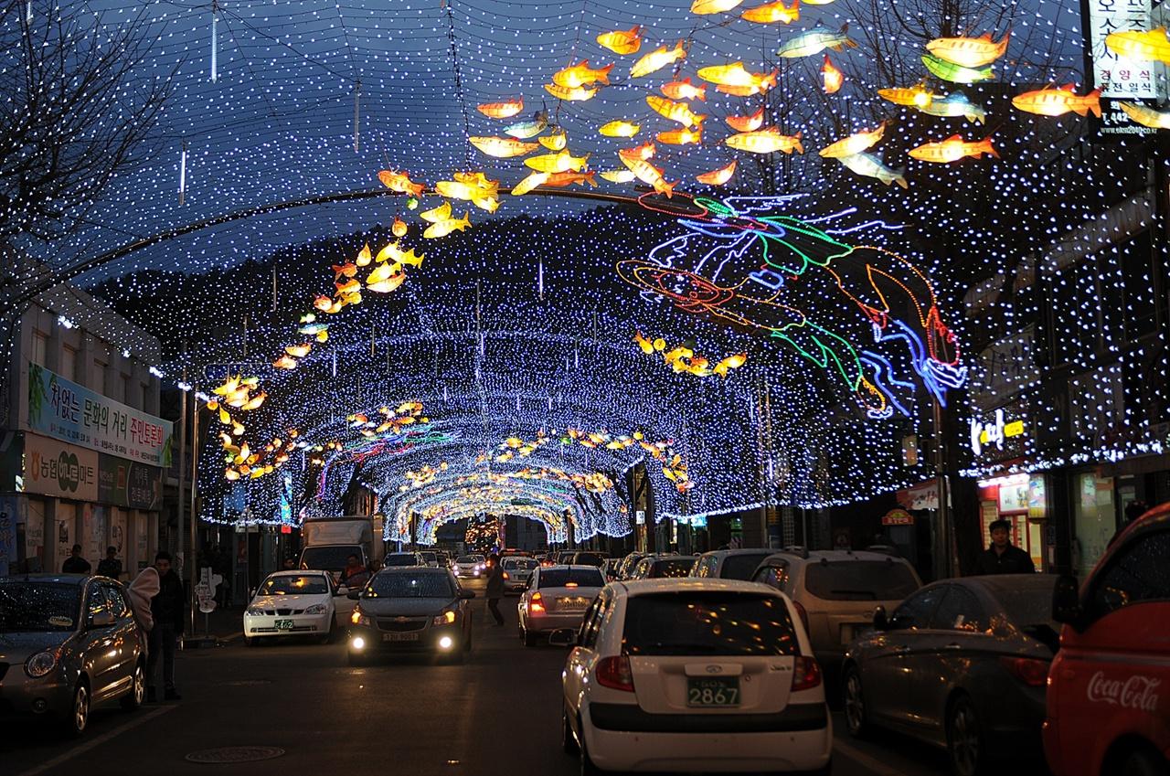 선등거리 축제 기간 중 화천읍내 선등거리에는 산천어 한지등과 LED 등을 이용한 루미나리에가 빛의 잔치를 벌인다.