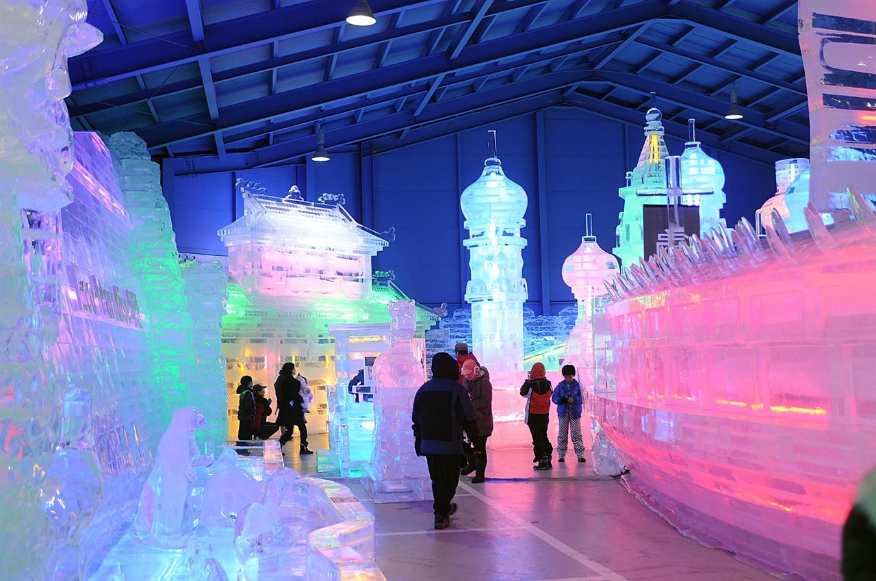 실내 얼음조각 광장 읍내의 실내 얼음조각 광장에는 약 30여 종의 얼음 조각 작품들이 여행객들의 눈을 하얗게 밝힌다.