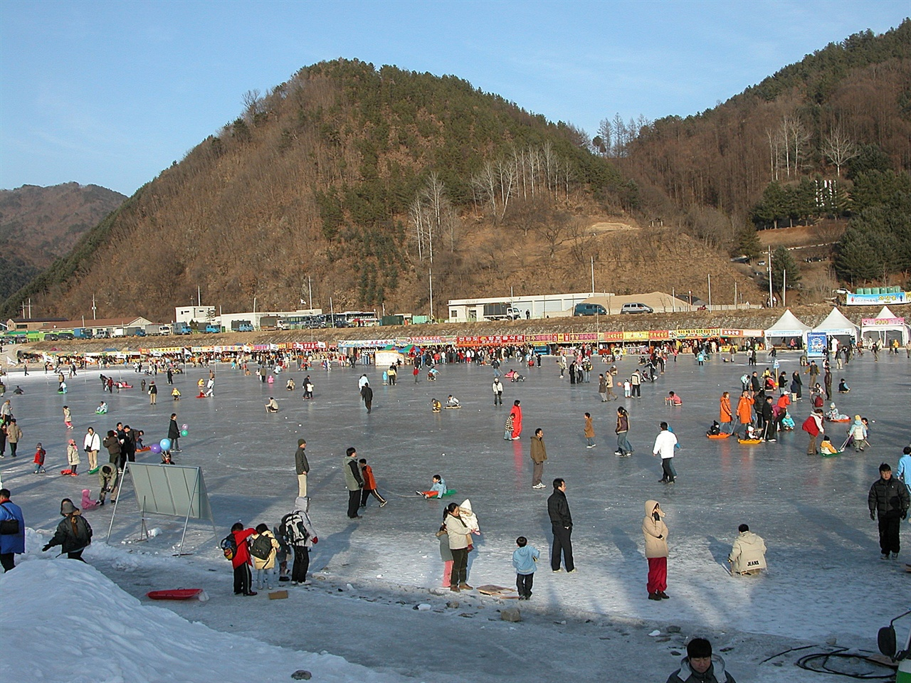 산천어축제장  화천 산천어축제 축제장은 가장 길고 가장 넓다. 이 모두를 즐기려면 하루 종일 걸린다고 보면 된다.