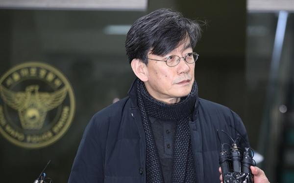 폭행·협박 등 의혹을 받는 손석희 JTBC 대표이사가 2019년 2월 17일 오전 서울 마포경찰서에서 조사를 마친 뒤 귀가하고 있다.
