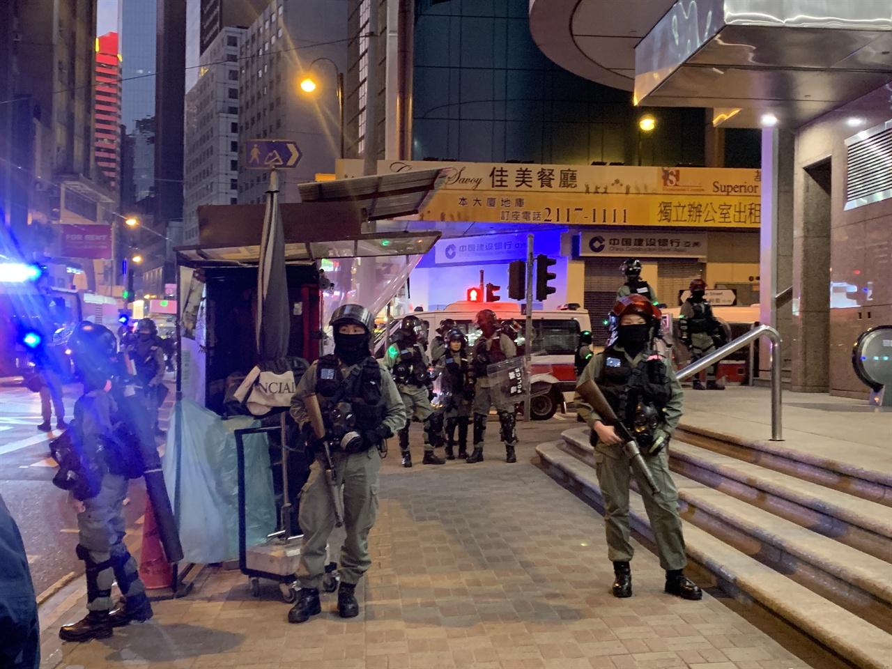 무장한 홍콩 경찰의 모습.
