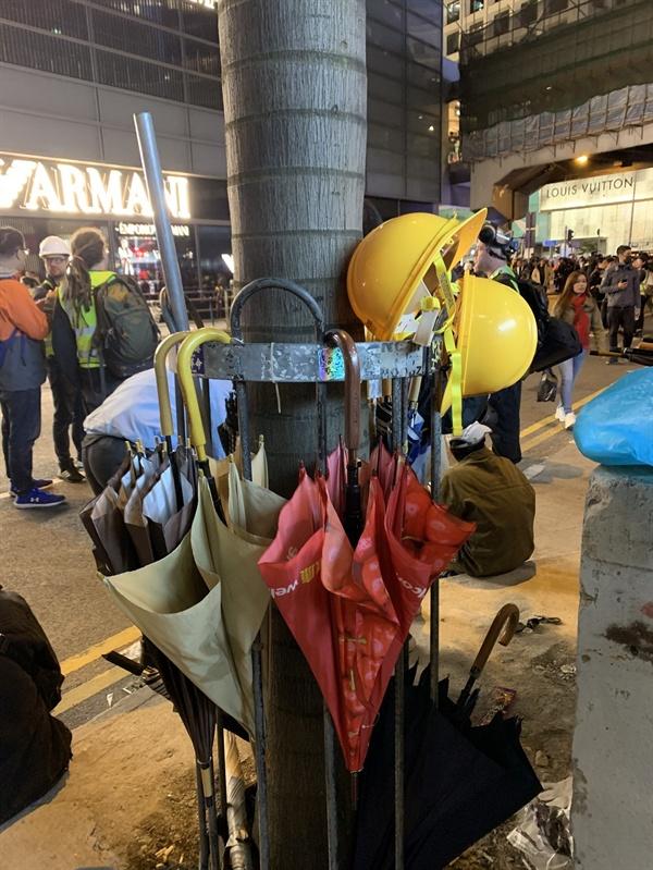 거리에 비치된 우산과 헬멧들. 시위에 참여한 사람 누구나 필요할 때 쓸 수 있도록 사람들이 놓고 간 것이다.