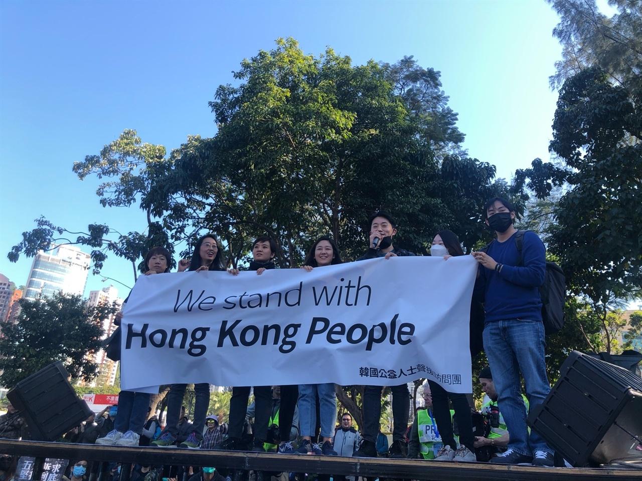 집회에서 발언 중인 한국 시민사회 연대방문단.