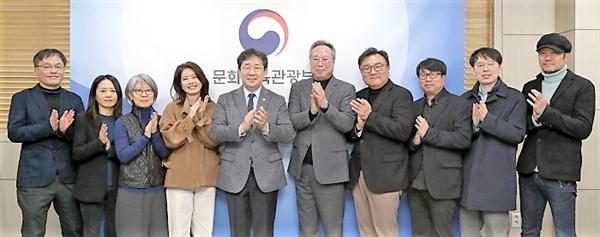 3일 임명장을 받은 영진위원들이 박양우 문체부 장관, 오석근 영진위원장과 함께 기념촬영을 하고 있다.