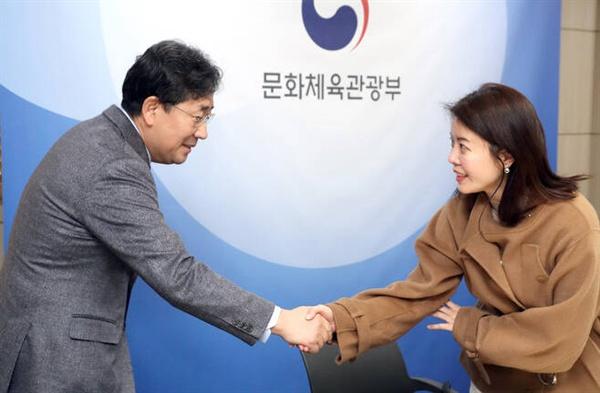 영진위원으로 선임된 김여진 배우가 박양우 문화체육관광부 장관과 악수를 나누고 있다.
