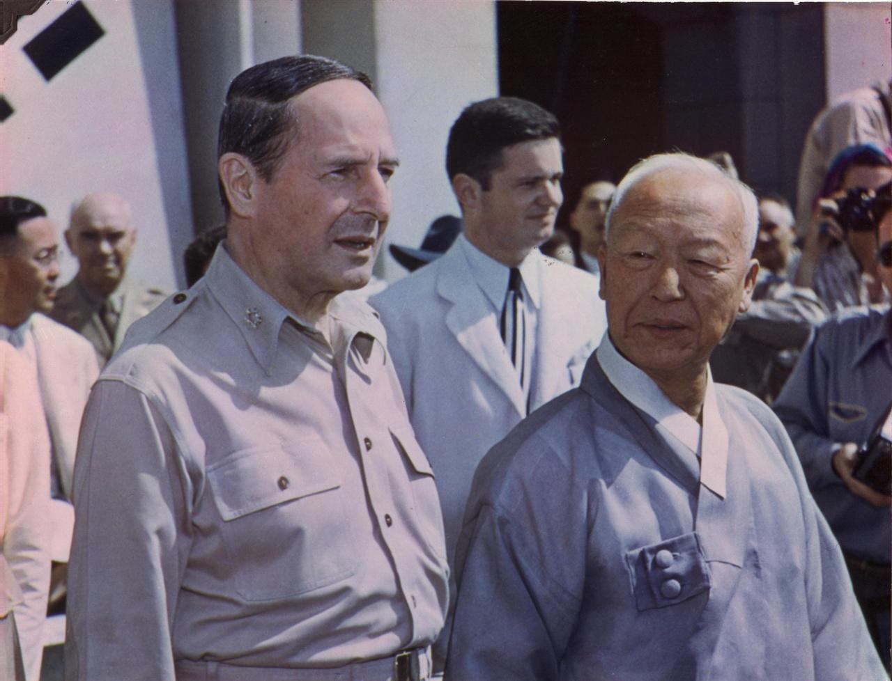 대한민국 정부수립 기념식장에서 맥아더와 나란히 선 이승만 대통령(1948. 8. 15.).