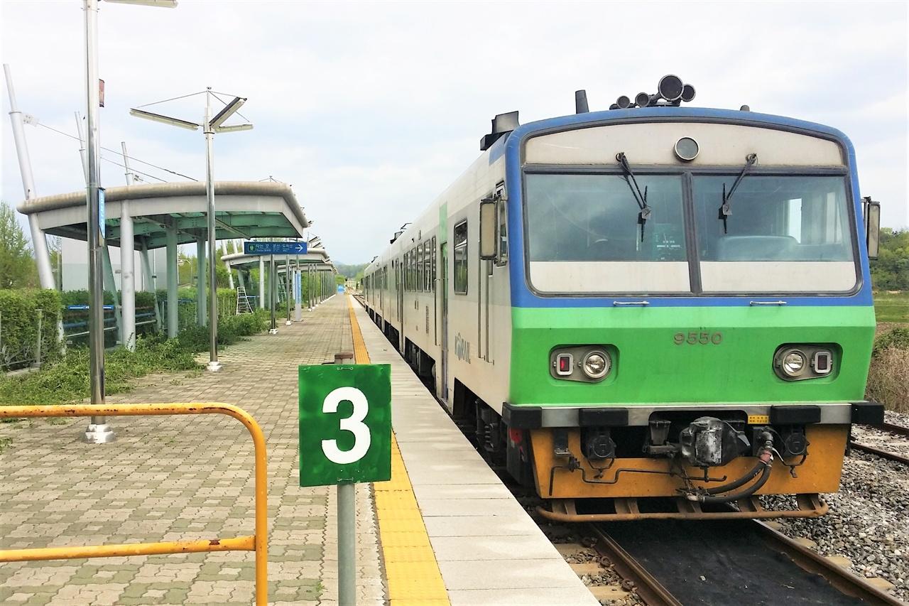 6년 전, 통근열차가 오갔던 임진강역에는 3월부터 경의선 전철이 들어온다. 사진은 임진강역에 정차한 통근열차의 모습.
