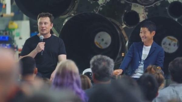 일론 머스크가 2023년 스페이스 X의 최초 달 관광객으로 선정된 마에자와 유사쿠와 기자회견을 하고 있다.