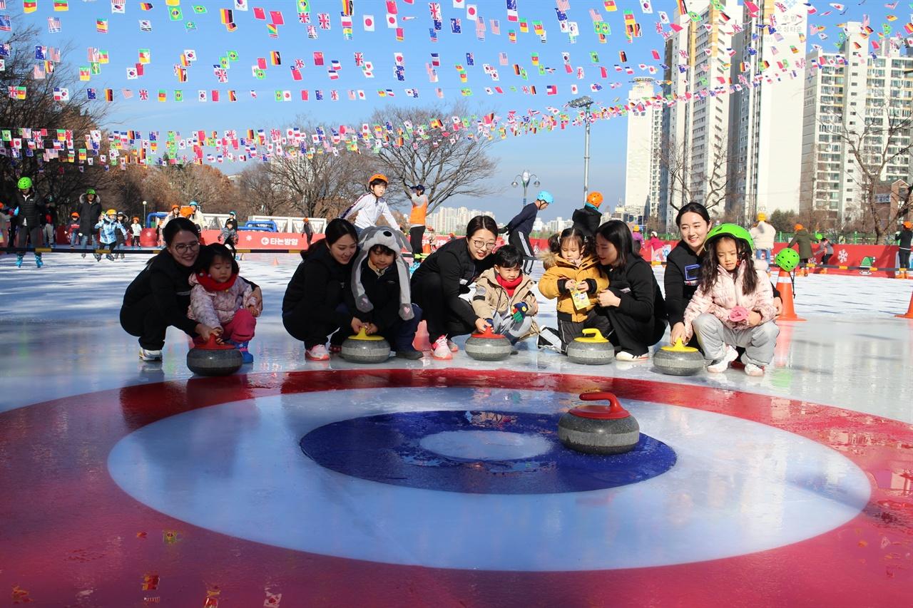 어린 선수들에게 컬링을 지도해 주고 있는 모습이다. 컬링의 주역들이 신천야외스케이트장에서 지도하고 있는 모습이다.