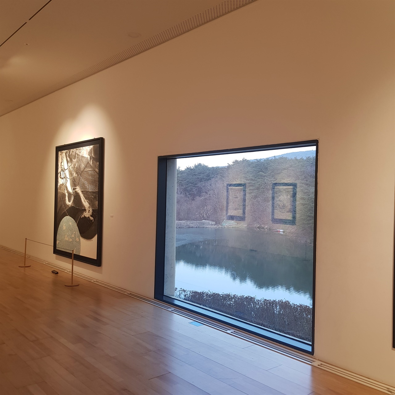 커다란 유리창으로 창 밖 풍경이 그대로 한 폭의 그림이 되는 솔거미술관, 이 풍경에 이끌려 솔거미술관을 찾게 됐다