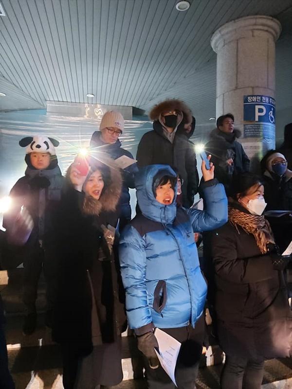 송구영신 예배에서 '아침이슬'을 부르는 시민들 2019년 12월 31일, 50여 명 시민이 시민불복종텐트 앞에 모여 산황산 보전을 기도했다.