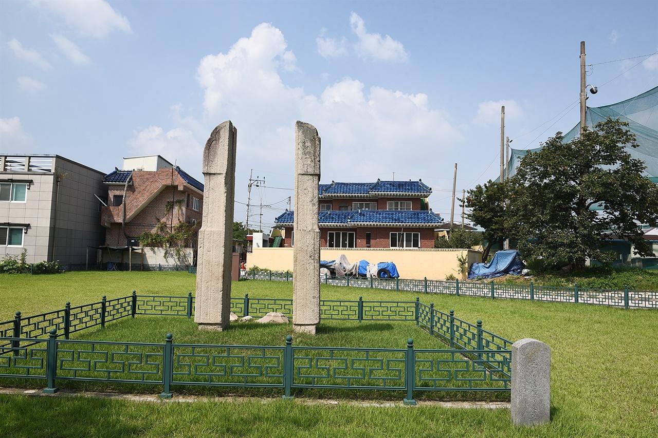 삼랑사지 여름 풍경 지금은 당간지주 하나만 남아 있지만, 역사서에는 여러 번 기록에 나오는 오래된 사찰이다.