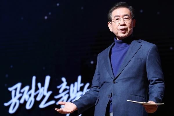 박원순 서울시장이 2일 서울 종로구 세종문화회관에서 열린 '2020년 서울특별시 시무식'에서 신년사를 하고 있다.