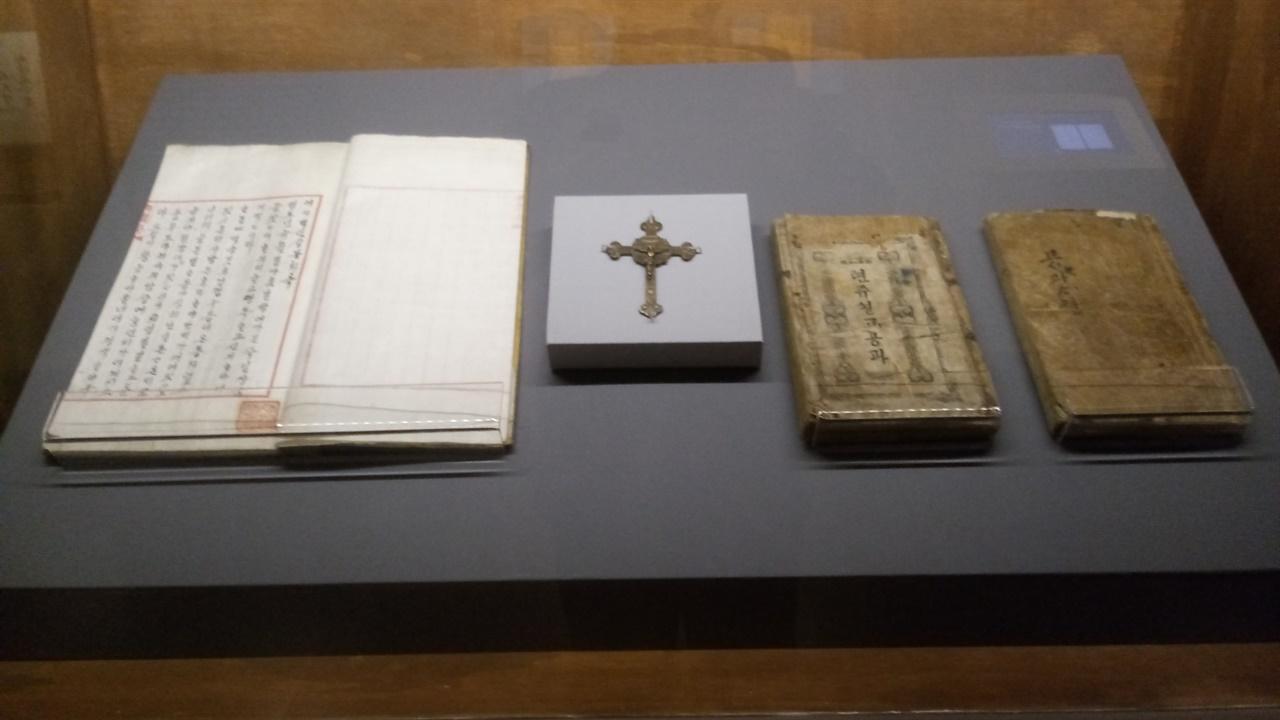 수표교 전시회 이벽 관련 전시물 조선시대  천주교유물을 전시하고 있다.