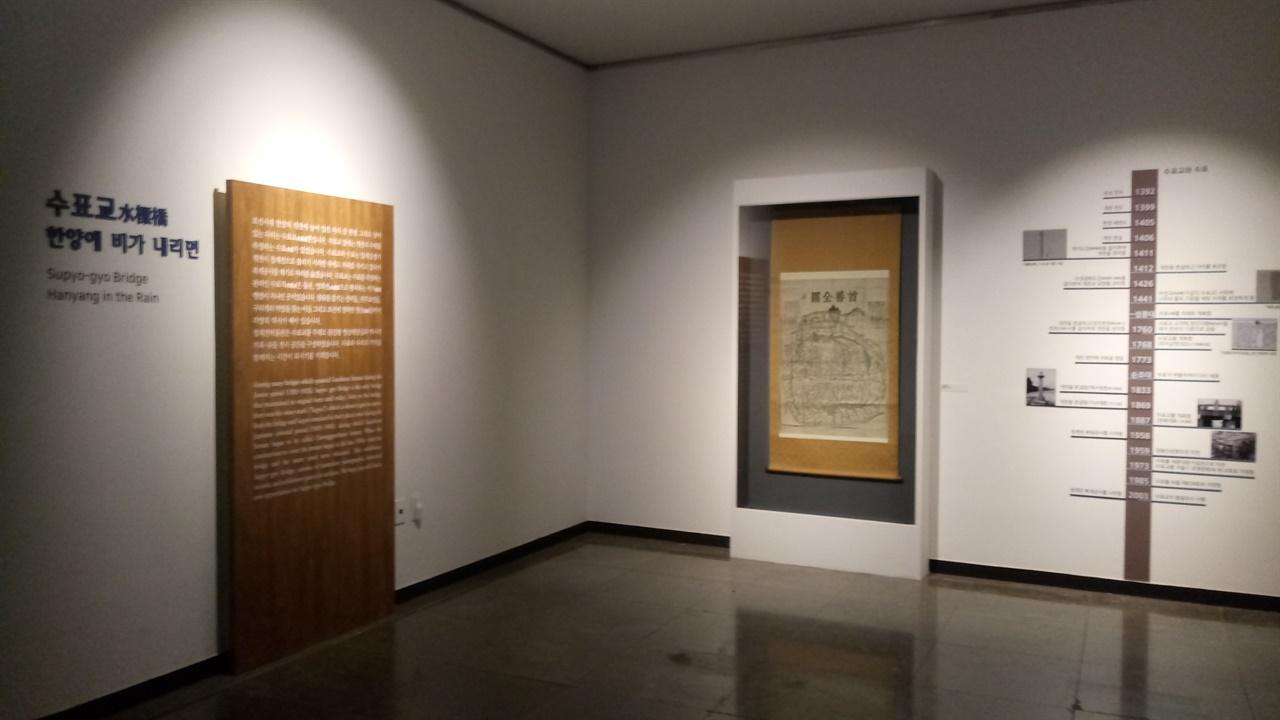 수표교전시회 수표교 역사를 벽에 그려 설명하고 있다.