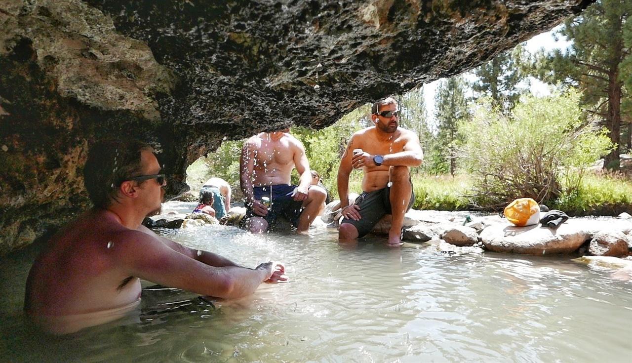 동굴이 만든 그늘에 들어가 온천욕을 즐기는 것이 일품이다.
