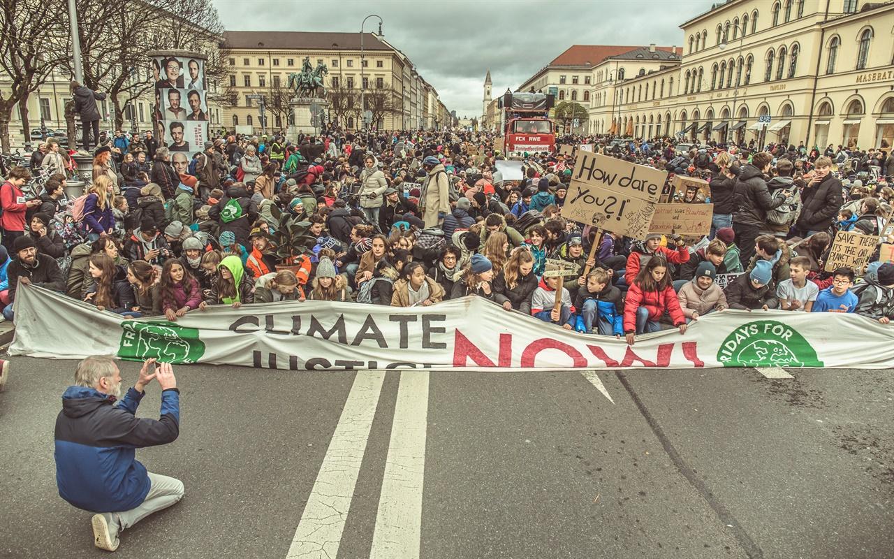 뮌헨 기후위기 집회 모습  독일 연방정부와 지방정부에 신속한 기후위기 대응책을 요구하며 뮌헨에서 시민들이 2019년 11월 29일 대규모 집회를 열고 있다.