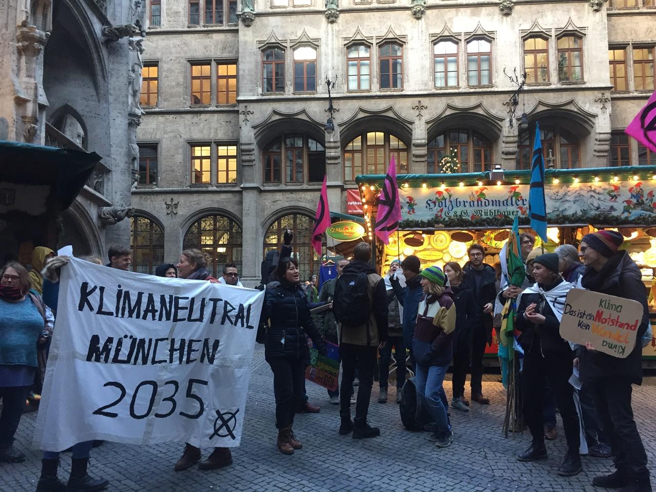 뮌헨시청에 모여 시정부의 적극적인 정책을 요구하며 노래하고 있는 시민들의 모습.