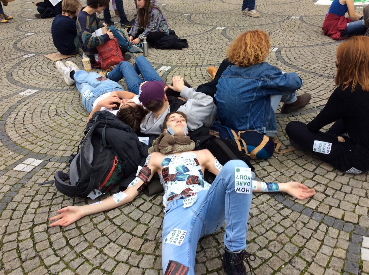 다이인 퍼포먼스 멸종저항 회원들이 다이인(Die-in) 퍼포먼스를 뮌헨의 거리에서 하고 있다.