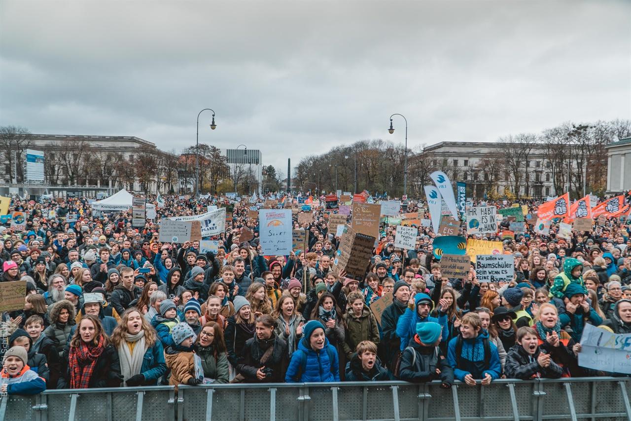 뮌헨 기후위기 집회 뮌헨에서 많은 시민들이 참가하는 가운데, 정부에 기후위기 대응책을 요구하고 있다.