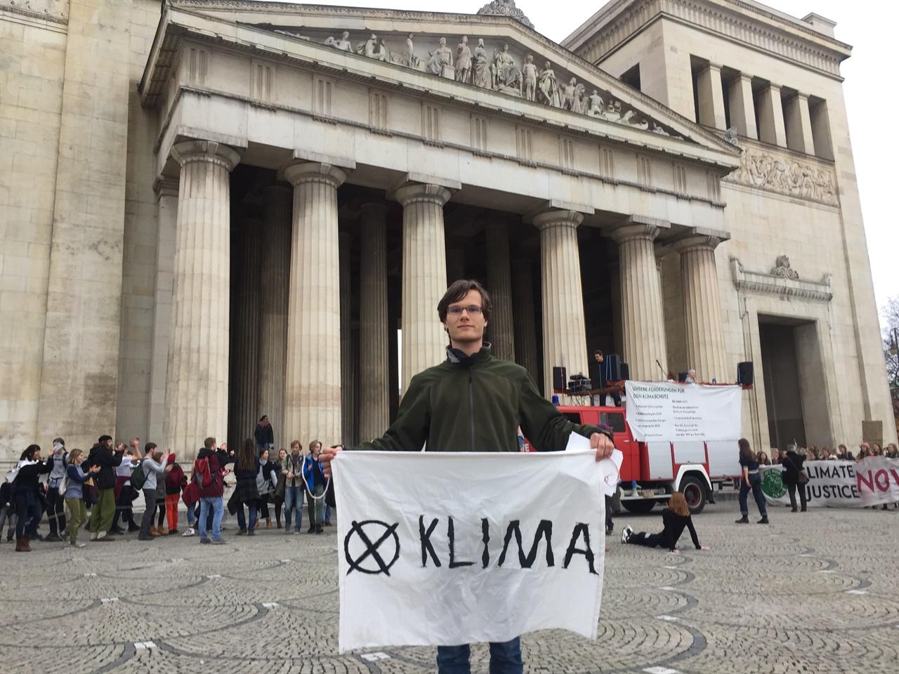 뮌헨의 레온하드 (Leonhard) 활동가 뮌헨공대에서 태양에너지보존을 연구하는 레온하드(Leonhard) 활동가는 현재 Fridays For Future 뮌헨지부에서 활발한 활동을 하고 있다. 지난 2014년 당시 17세였던 그는 환경단체 그린피스에 청년 활동가로 가입하며 그간 다양한 지식과 경험을 쌓아왔다.