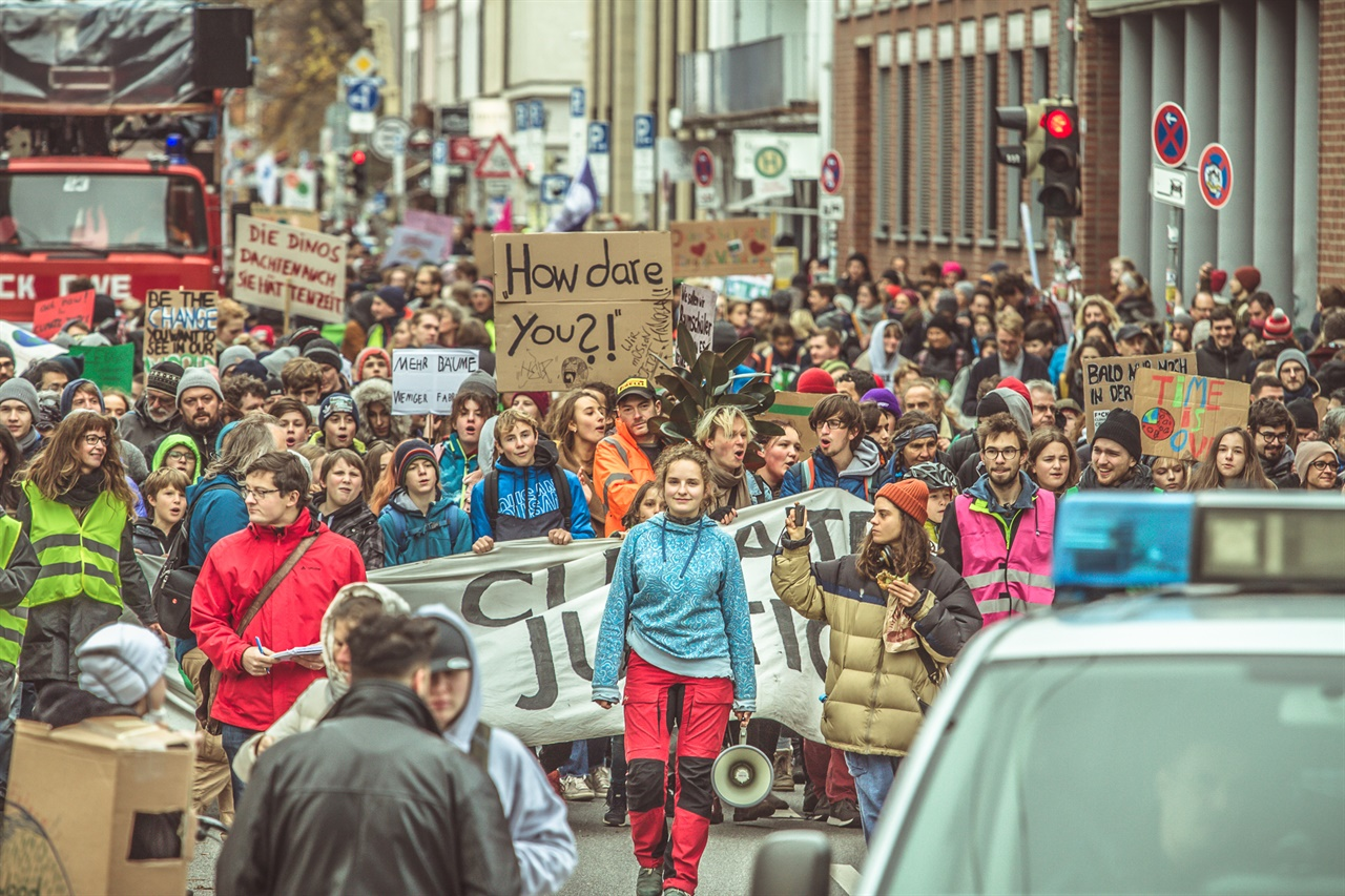 뮌헨 기후위기 집회 2019년 11월 29일 뮌헨에서 시민들이 정부의 신속한 기후위기 대응책을 요구하며 거리 행진을 하고 있다.
