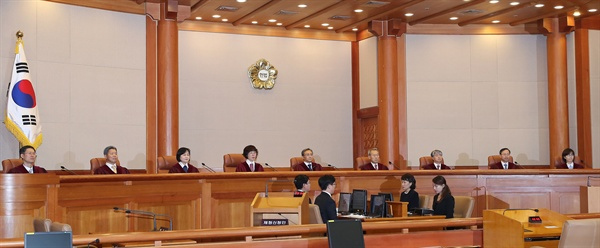 27일 오후 서울 종로구 헌법재판소 대심판정에 유남석 헌법재판소장을 비롯한 헌법재판관들이 착석해 있다. 이날 헌재는 박근혜 정부가 체결한 한·일 위안부 문제에 관한 합의가 헌법에 어긋나는지 결론을 내린다. 2019.12.27