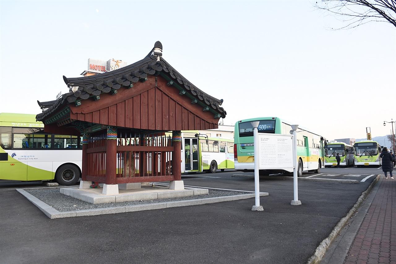 노서동 석불입상의 현 상황 2009년에 보호각을 씌웠지만, 시내버스 차고지 옆이라 매일 주기적인 진동과 매연에 노출되어 있다.