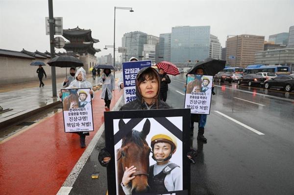 '고(故) 문중원대책위'는 7일 광화문 시민분향소에서 청와대 사랑채 앞까지 거리행진.