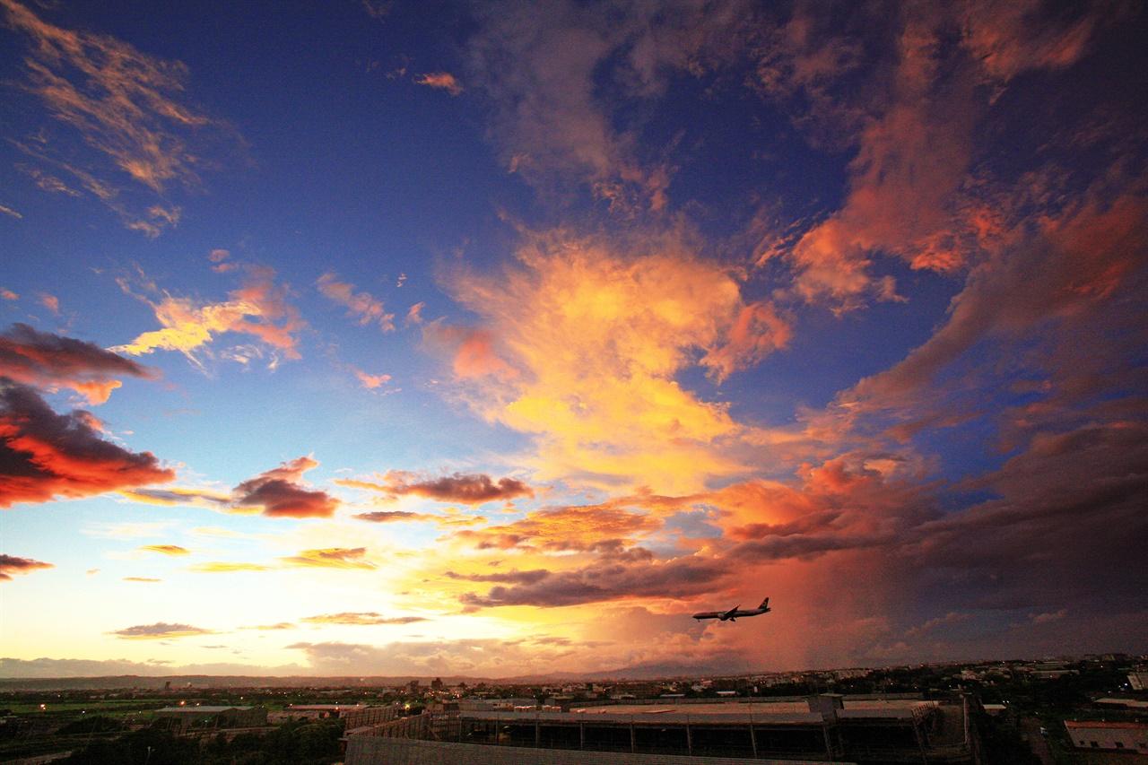 프랑스 파리 샤를드골공항의 일출. 희망을 상징하는 떠오르는 태양과 멀리서 먼 곳으로 희망을 실어 나르는 비행기가 만나고 있다.