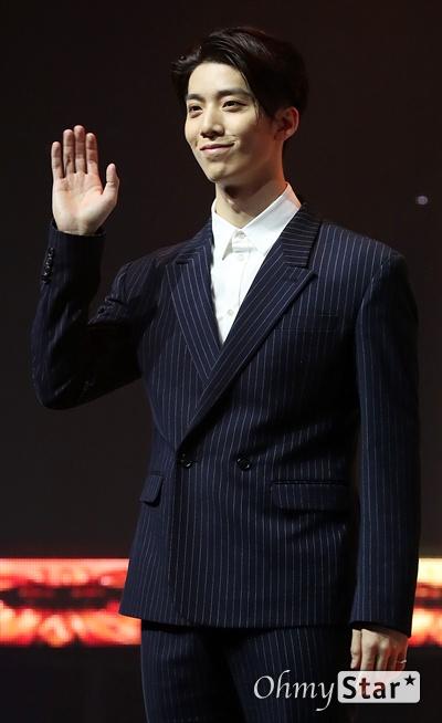 'SF9' 휘영, 친근한 미소 SF9의 휘영이 7일 오후 서울 한남동의 한 공연장에서 열린 정규 1집 <퍼스트 컬렉션(FIRST COLLECTION)> 발매 쇼케이스에서 포토타임을 갖고 있다.